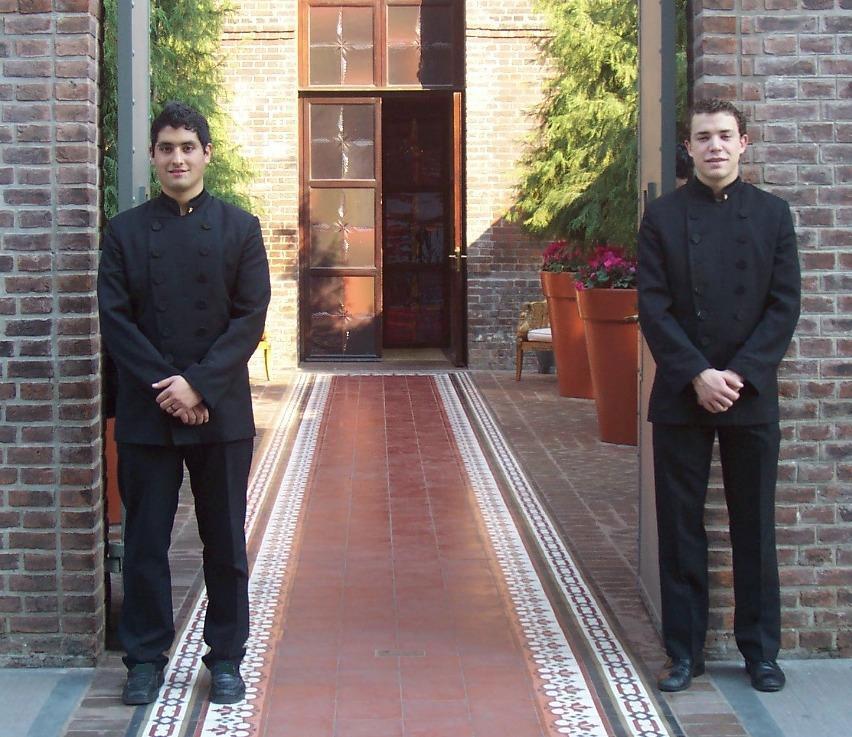 Dos-valets-en-puerta